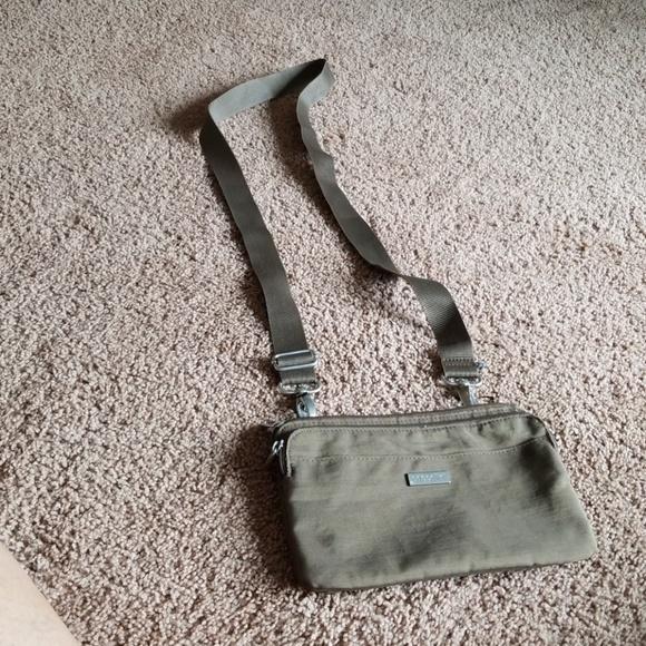 Baggallini Handbags - Baggallini Tan Shoulder purse